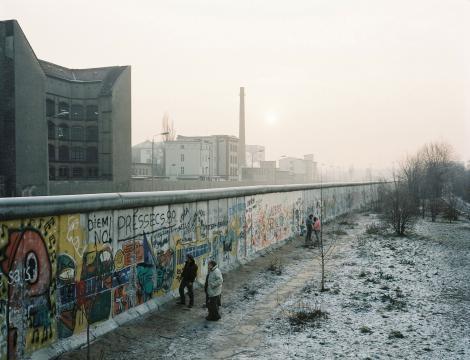 柏林圍牆延伸將近43公里,跨越整個城市,並佈下地雷、犬隻還有帶刺鐵絲網,以阻止東德人逃離的念頭。然而,還是有超過5000人成功抵達西歐。PHOTOGRAPH BY NORBERT ENKER, LAIF/REDUX