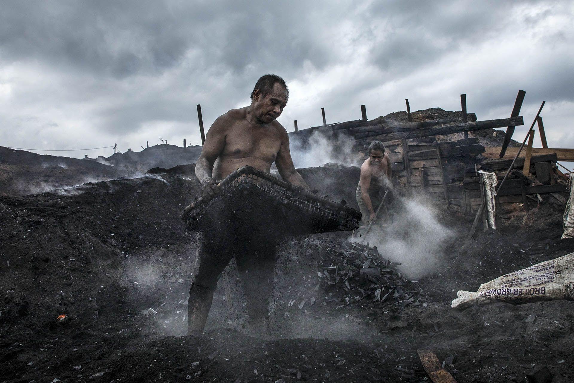 人物組〈勤作〉張毅生   臺灣│在馬來西亞新山的一個礦區,木炭移工不畏烈日風雨,每天勤奮地努力工作。儘管環境惡劣,為了生活仍要勇敢地奮鬥下去。
