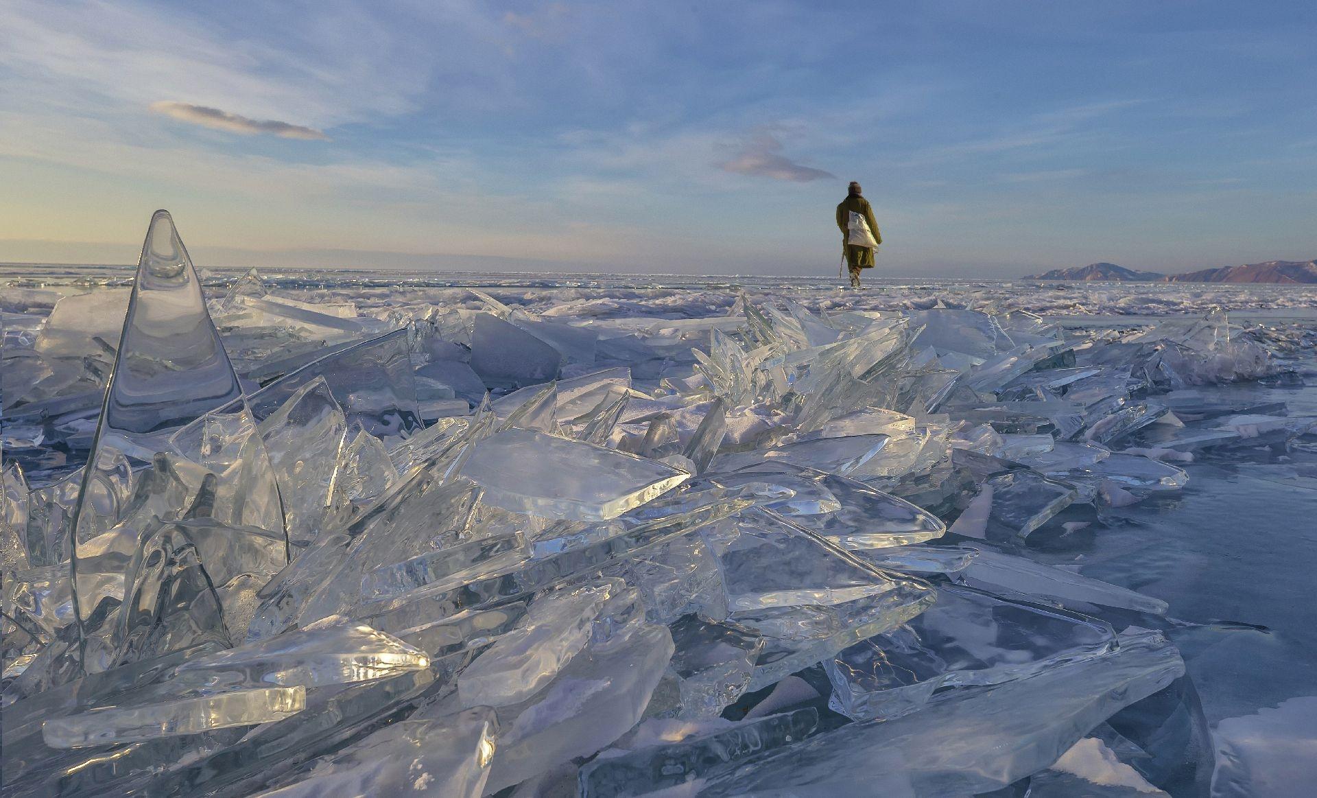 地方組〈極凍世界〉陳鈺山   臺灣│俄羅斯貝加爾湖是全球最大的淡水湖,深度可達大約1600公尺,占全球淡水儲存量的六分之一。每年2月到4月時湖面會結冰,身歷其境就能體會大自然的美與奧妙。