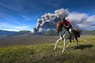 婆羅摩火山的牛仔