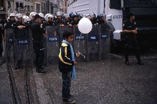抗議活動中的男孩