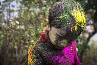 沾滿顏料的男孩