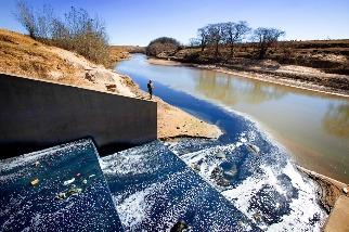 快時尚產業「藍」染非洲河流 強鹼PH值可比漂白水