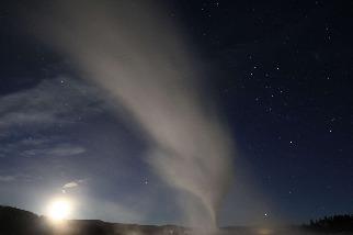 夜晚噴發的老忠實間歇泉