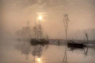河川上的霧