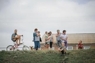 俄國中部的村民盯著婚禮