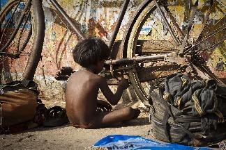 修腳踏車的孩子