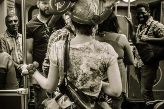 地鐵上的氣球女孩