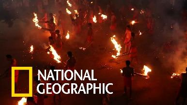 印度危險「打火仗」儀式,信徒相互相丟擲燃燒棕梠枝!