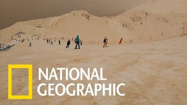 為什麼這座滑雪場的雪是橘紅色的呢?