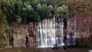 大雨讓採石場出現了大瀑布!