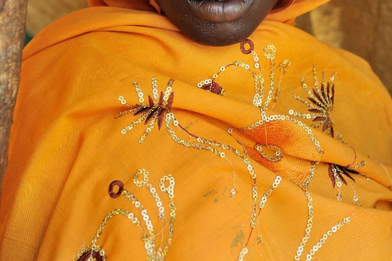 戴著黃色圍巾的蘇丹婦女